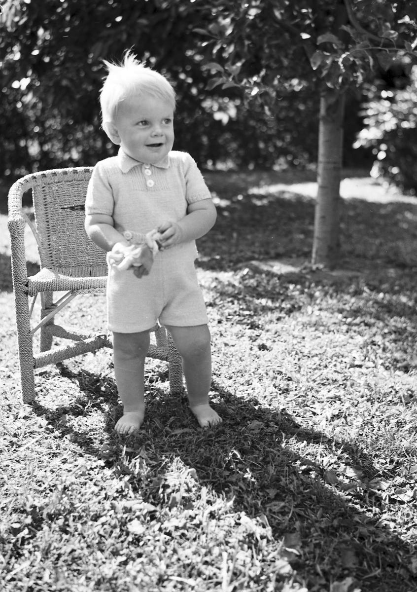 Ferdinand Sjöbergs garn. Barnmodell visar stickad dress av garn från Sjöbergs