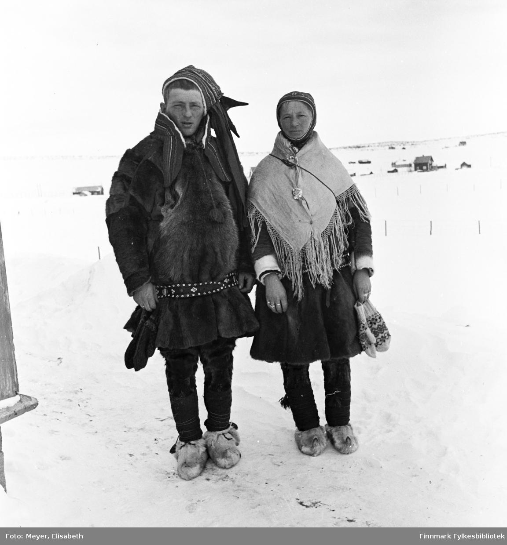 Brudepar: Marit Magnusdatter Sara og Mathis Mathisen Hætta på bryllupsdagen. Antakelig fotografert ved påsketider 1940.