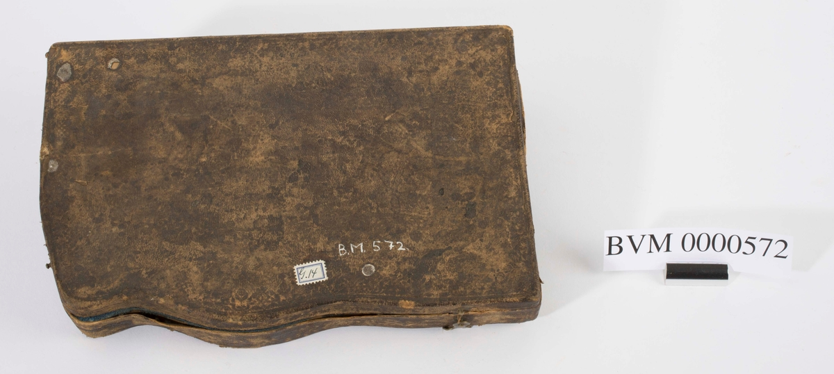 """NTM: """"Fra Sølvverkets gamle samling. Gammelt kompass med tilbehør i etui."""" I tre deler."""