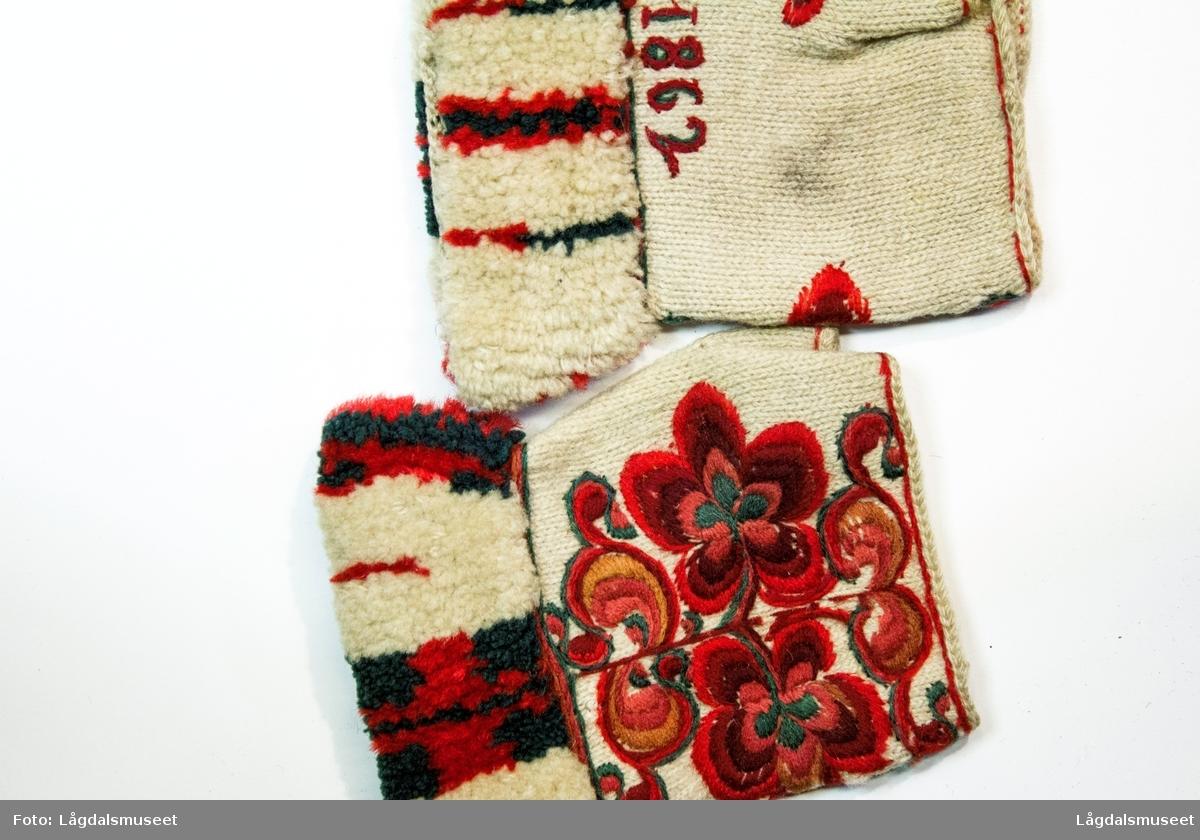 Broderte blomster på hånbaken og på tomlene. Mansjetten er flosset i mønster.