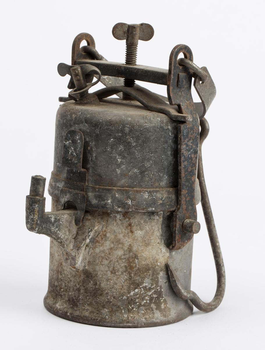 """KARBIDLAMPE FUNNET PÅ 140 M. LAMPA ER PRODUSERT AV """"FRIEDMANN & WOLF G.m.b.H. ZWICKAU i. So."""". LAMPA ER LITT RUSTEN MED ELLERS I GOD FORFATNING."""