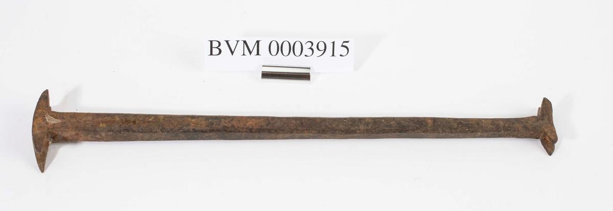 Ble brukt ved laftehugging av tømmer. Man merket mellom stokkene med denne.