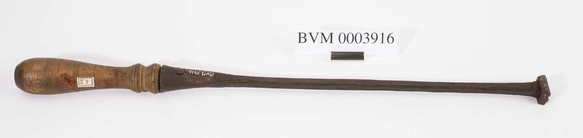 """"""" Svijern for romertall."""" NTM: """"Fra snekkerverkst. loft i Kongsberg. Med disse jern merket man veggene når disse ble revet for å flyttes, numrene ble svidd inn. Disse jern har romertall."""" Jernet har romertall II. Stilisert krone stemplet inn. Dreid trehåndtak. Jf. BVM 329 og 3917-3920."""