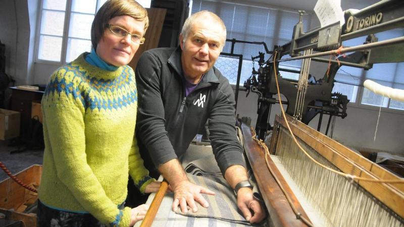 Avdelingsleder Sylvi Sørensen og Einar Kristensen i veveriet skal lage 20 tepper.