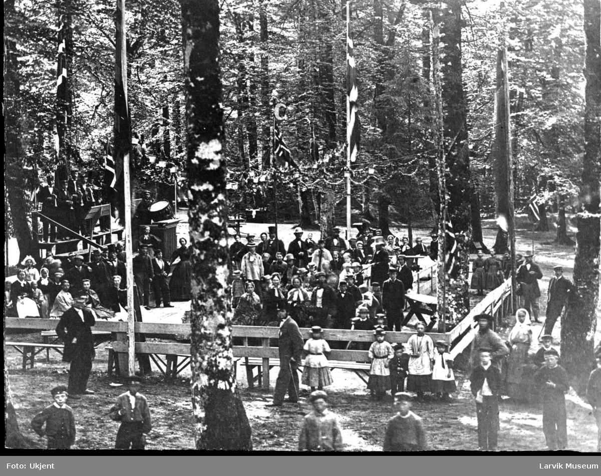 Bøkeskogen i Larvik, festkledde mennesker, 17. mai, korps, Borgermusikk