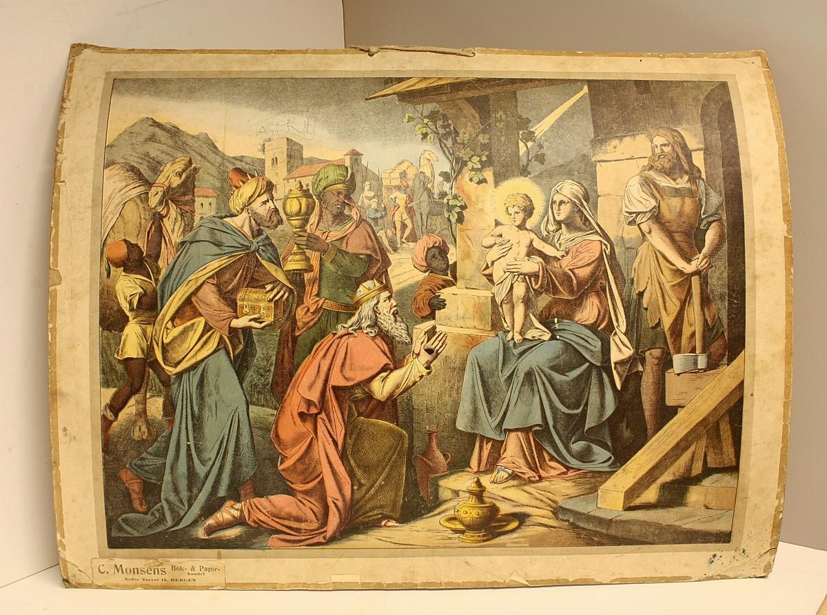 Rektangulær plakat. Åtte personer i forgrunnen. Hellige tre konger, Jesusbarnet, Jomfru Maria og Josef.