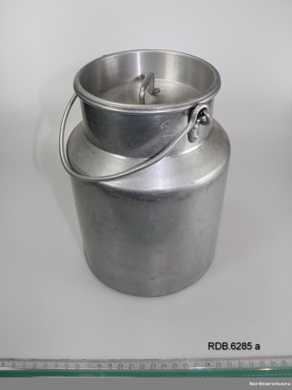 Sølvfarget 3-liters aluminiumsspann med hals, hengslet hank og løst lokk med håndtak.