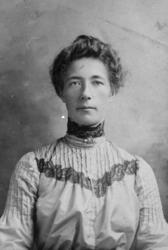 Atelierportrett av Kristine g. Knutsen, 1867-1908.