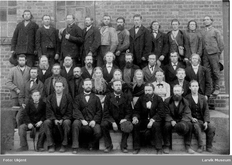 Arbeidere, kvinner, menn ved Larviks bryggerier. Ca. 1888.