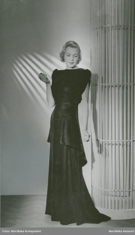 Modell i aftonklänning.