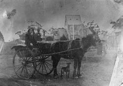 I vagnen sitter Johan Axel Hullander född 1863 i Strömsbro.