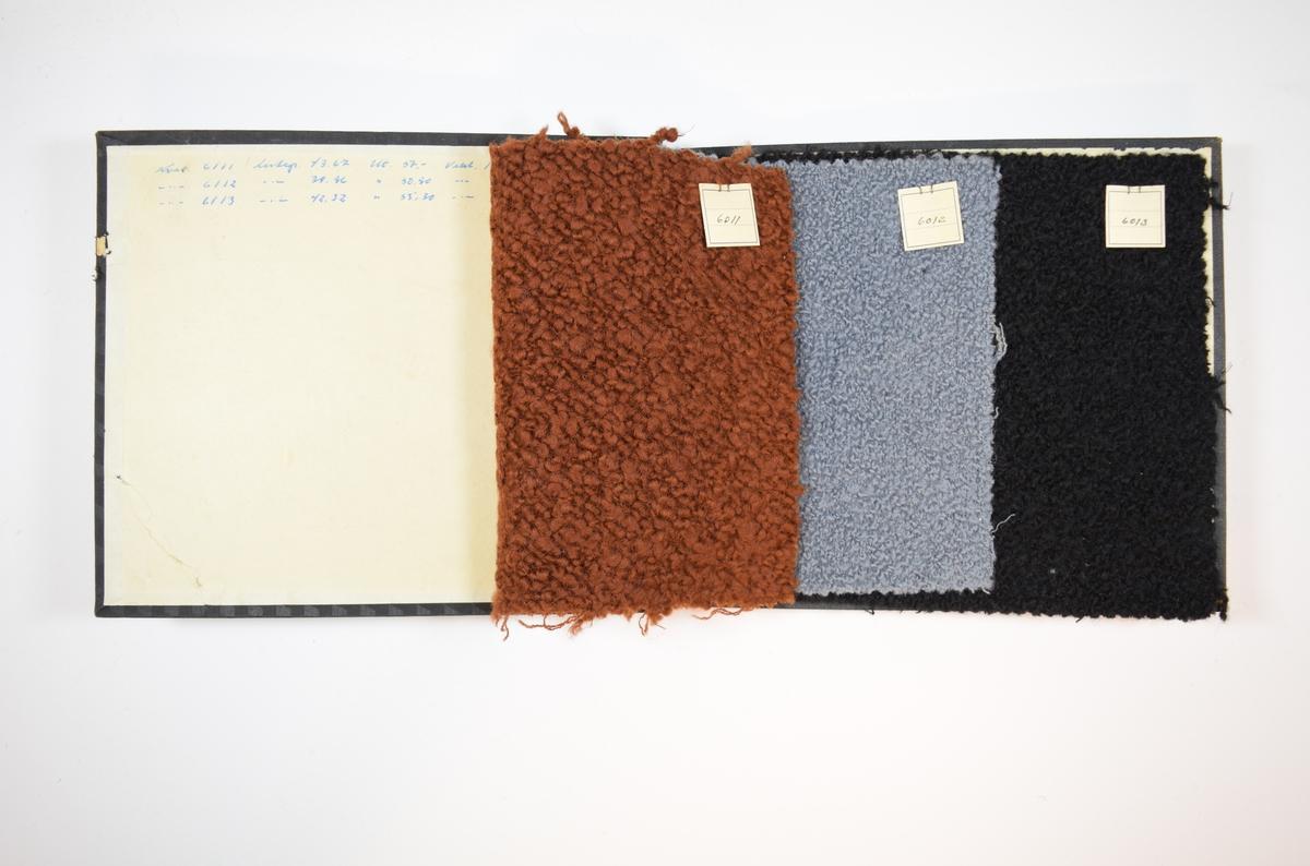 Rektangulær prøvebok med harde permer og tre stoffprøver. Permene er laget av hard kartong og er trukket med sort tynn tekstil. Boken inneholder tykke ensfargede stoff. Baksiden av stoffet er laget av relativt tynne tråder i toskaftbinding, hvor en svært tykk tråd er vevd inn på forsiden. Stoffets forside fremstår som buklete/knudrete. Stoffene er merket med en firkantet papirlapp, festet til stoffet med metallstifter, hvor nummer er påført for hånd.  Stoff nr.: 6011, 6012, 6013.