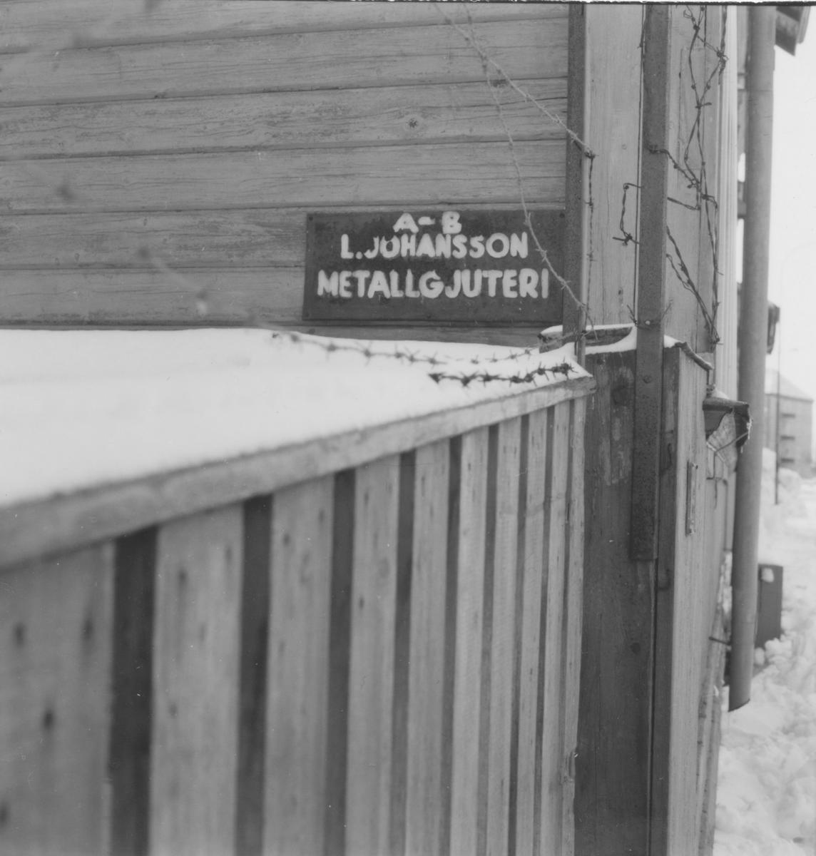 Detalj, skylt AB L. Johansson Metallgjuteri.