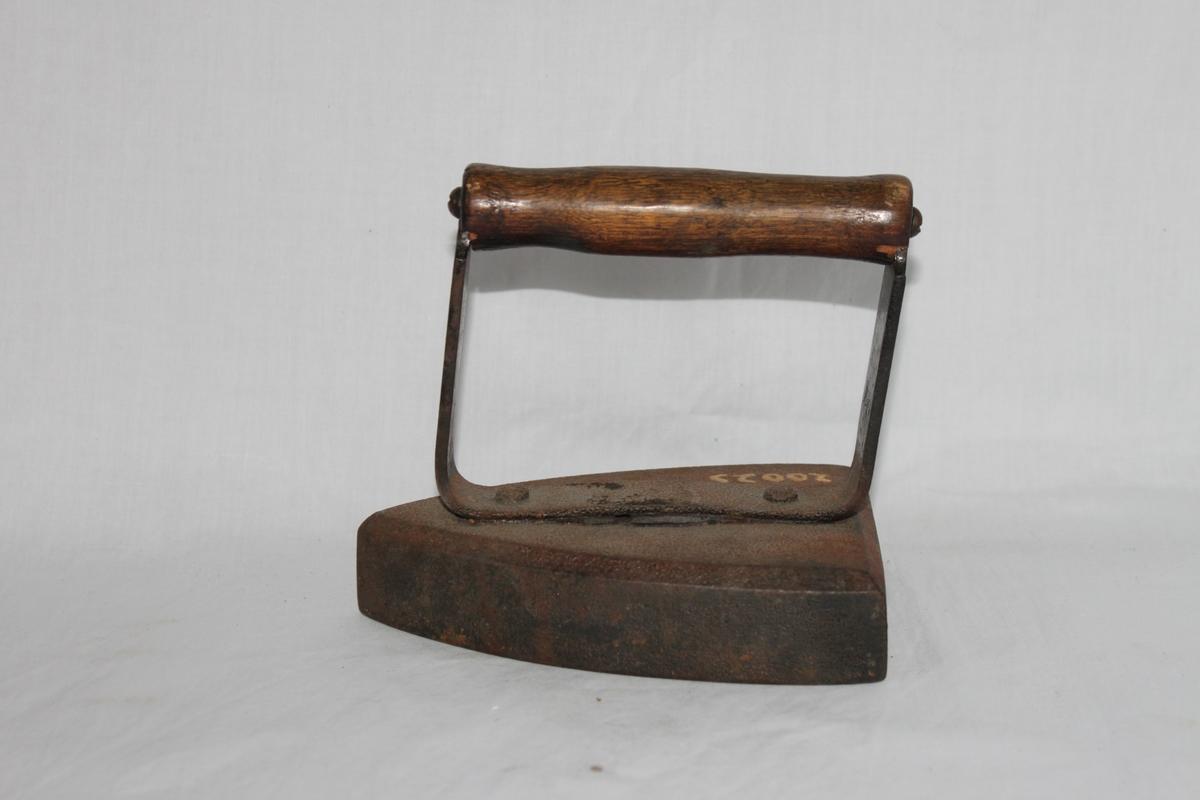 Strykjärnet består av en triangulär, helgjuten, 33 mm hög fot tillverkad i järn. Svarvat handtag av trä som är fästat vid foten med ett u-format stöd.