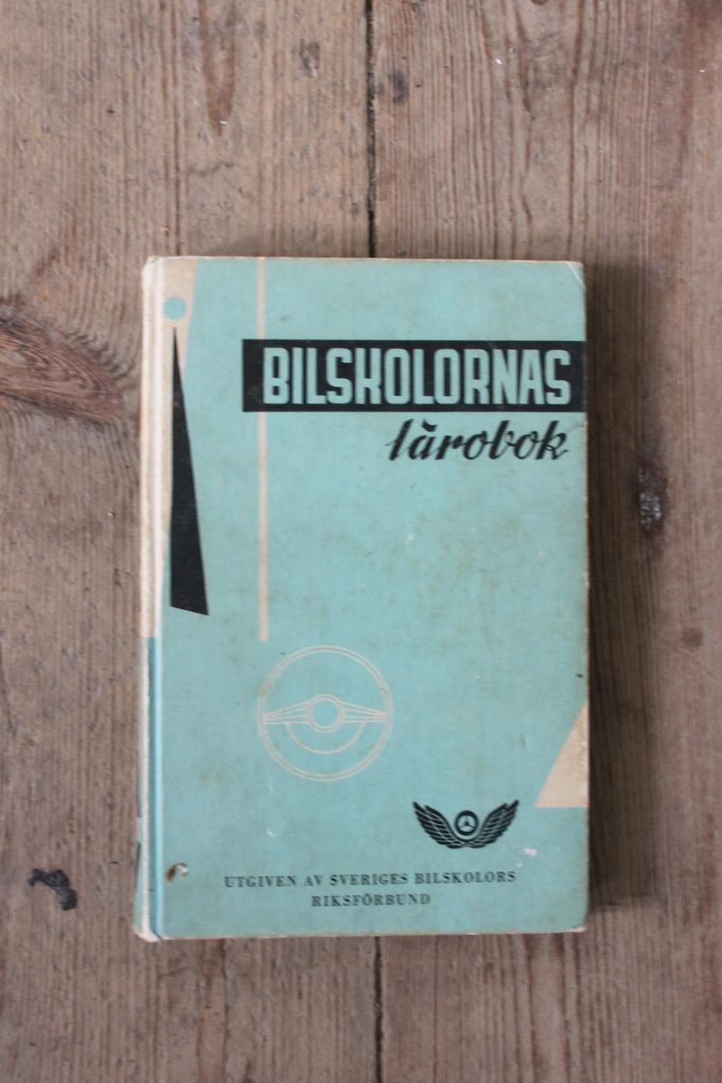 Lärobok för bilkörkort från 1959. Tryckt hos Aktiebolaget Littorin Rydén Boktryckeri, Örebro.