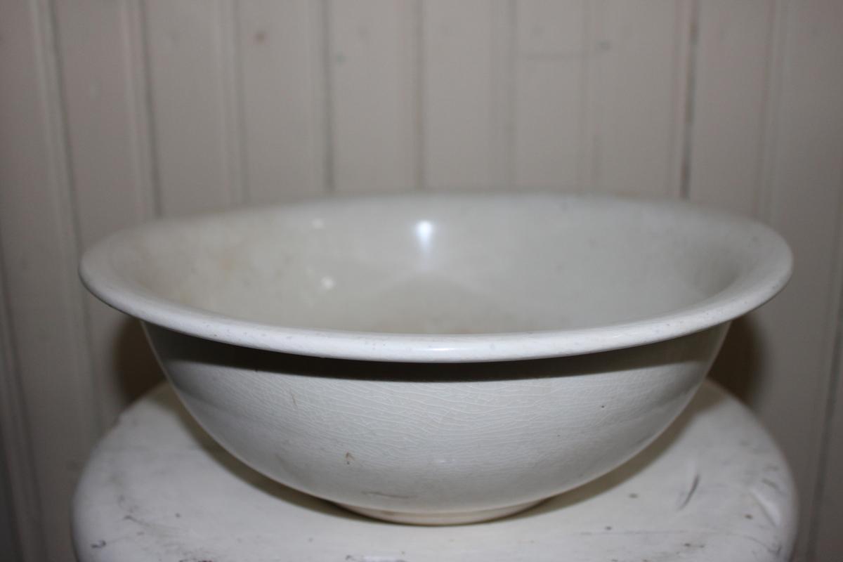 Tvättfat för vatten, i vitt porslin. Kan vara äldre än tvättfatet.
