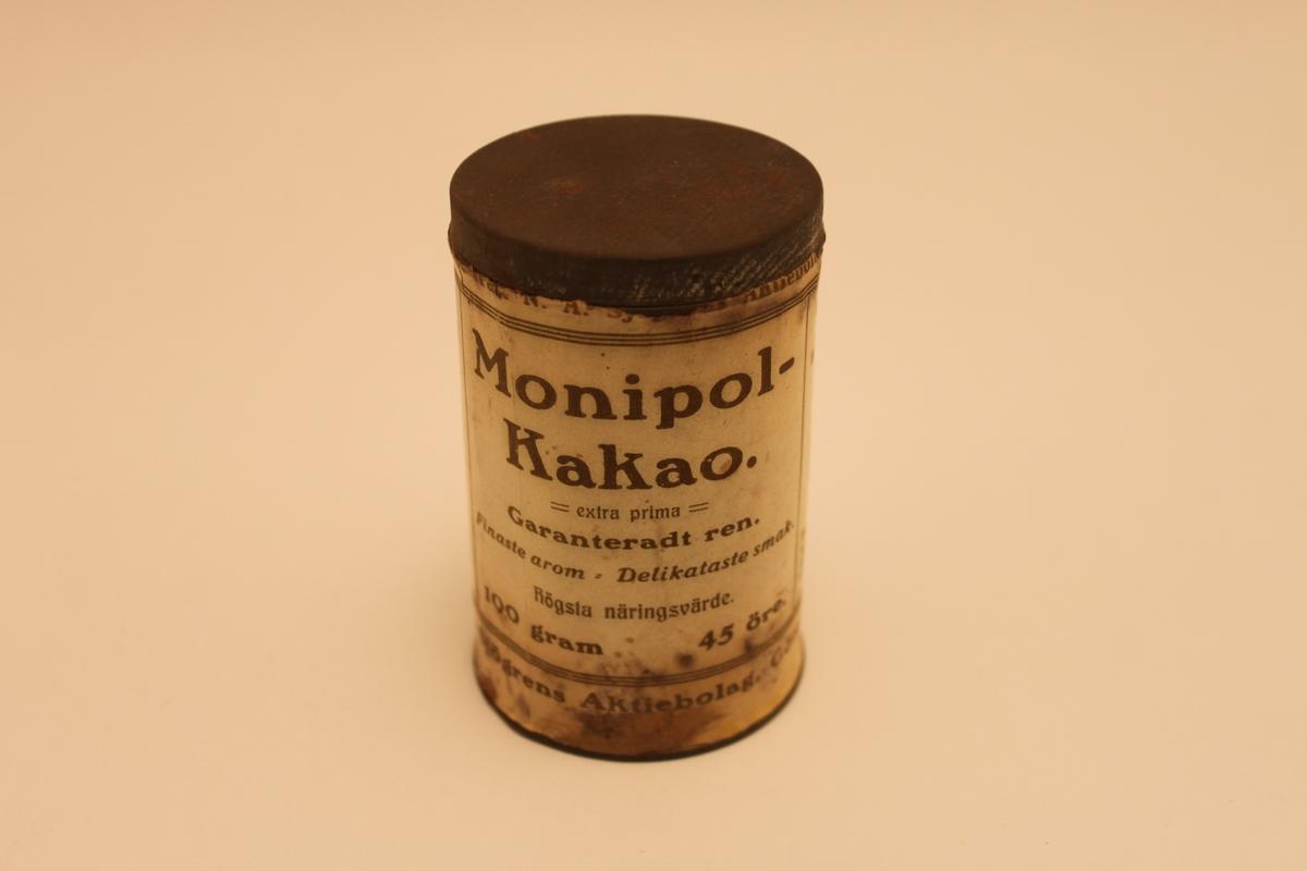 4 st Plåtburkar med lock för kakao. Vit etikett med gulbrun text.