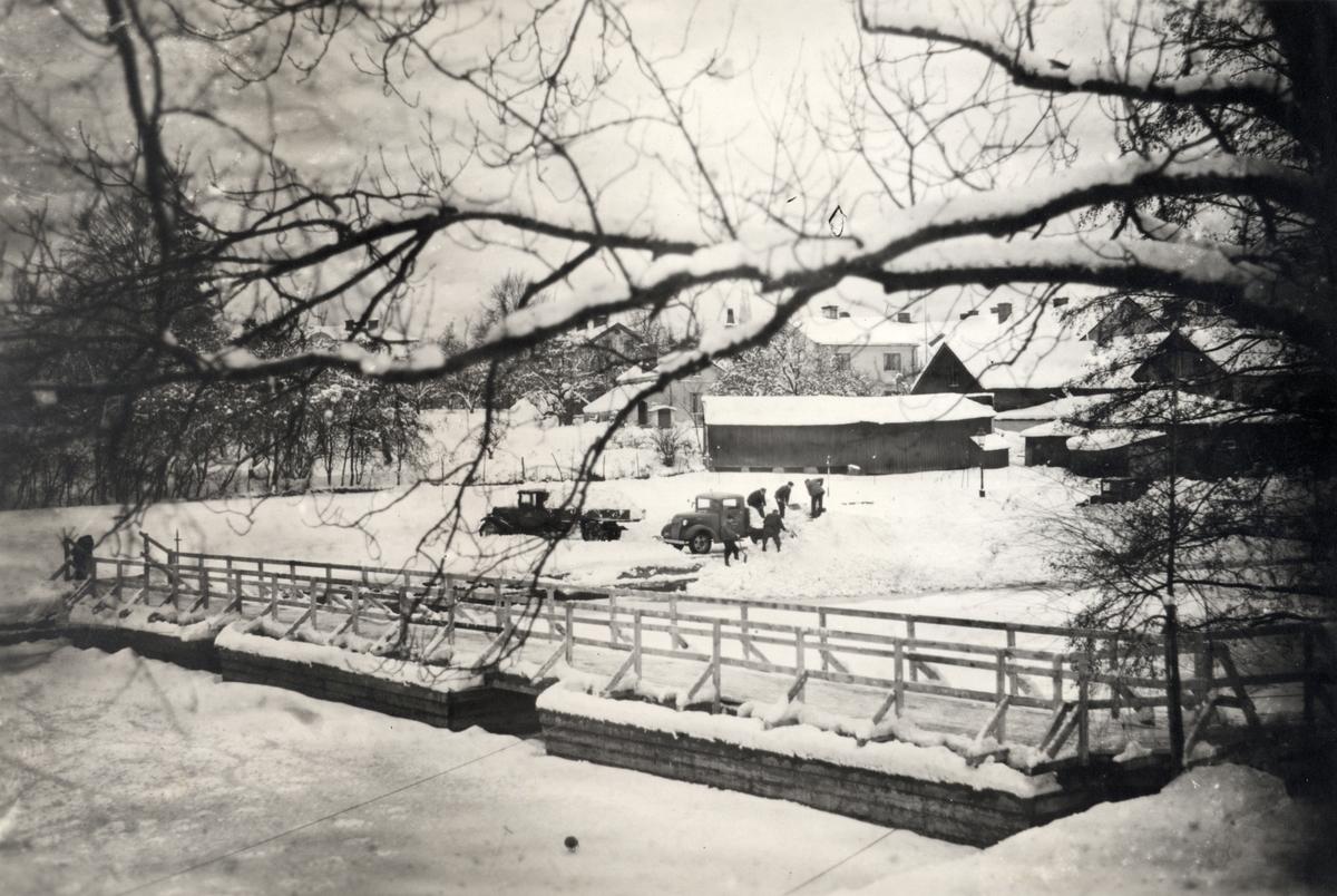 Orig. text: Provisorisk gångbro över Stångån strax norr om Tinnerbäckens utlopp. 1938-1939