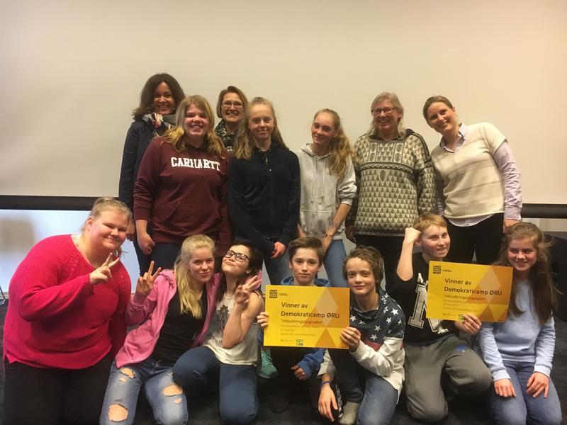 II_Med_gullbillett_til_Eidsvoll._Vinnerne_av_Demokraticamp_2017_ved_Hurdal_u-skole.JPG