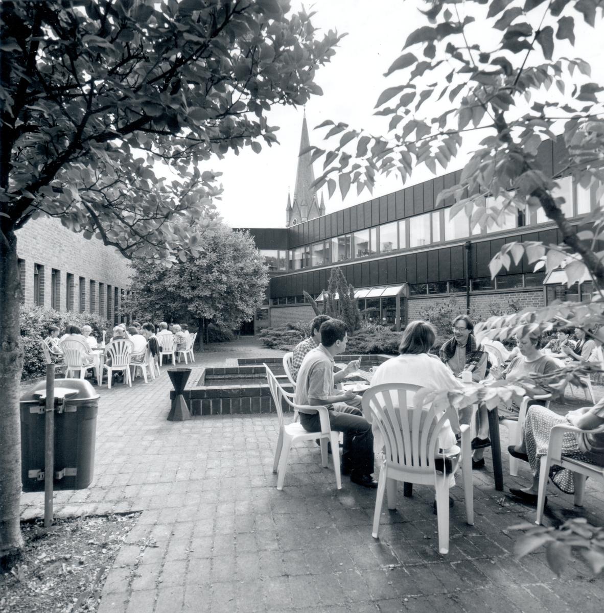 Innergården av Stifts- och landsbiblioteket, domkyrkotornet ses i bakgrunden.Stadsbiblioteket: Efter en arkitekttävling 1966 ritades och inreddes biblioteket av arkitekterna Bo Cederlöf och Carl-Ewert Ekström. Byggnaden öppnades för allmänheten 1973-11-03, men invigningen skedde först 1974-06-06. Natten mellan 20-21 september 1996 utbröt en brand och huvuddelen av biblioteket förstördes.