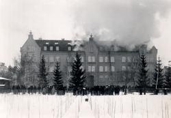Orig. text: Linnéskolan brinner 22 feb. 1923. Gnistor från