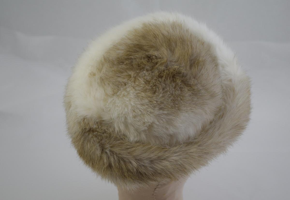 Form: sirkulært høyt stykke, midtpull, foret. Til dame.
