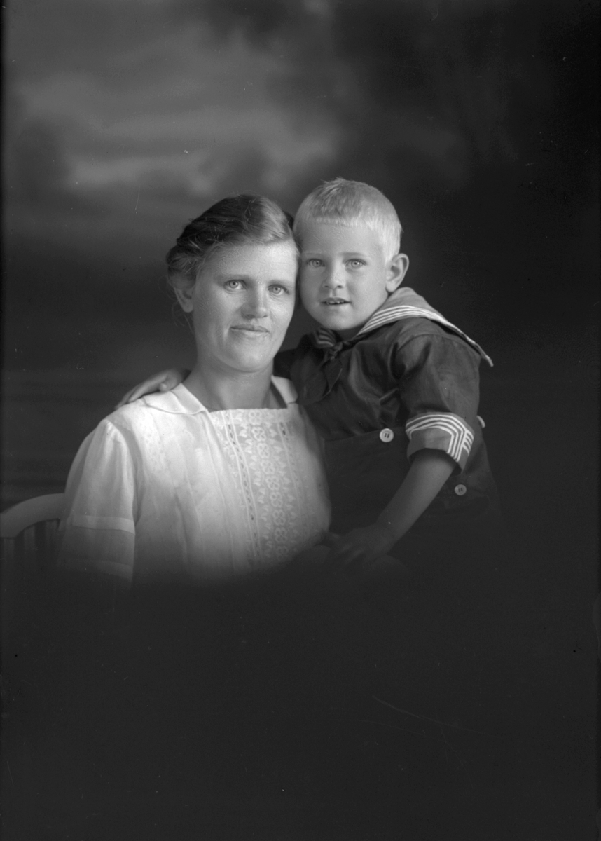 Anna Sandin och hennes son. Harnäs