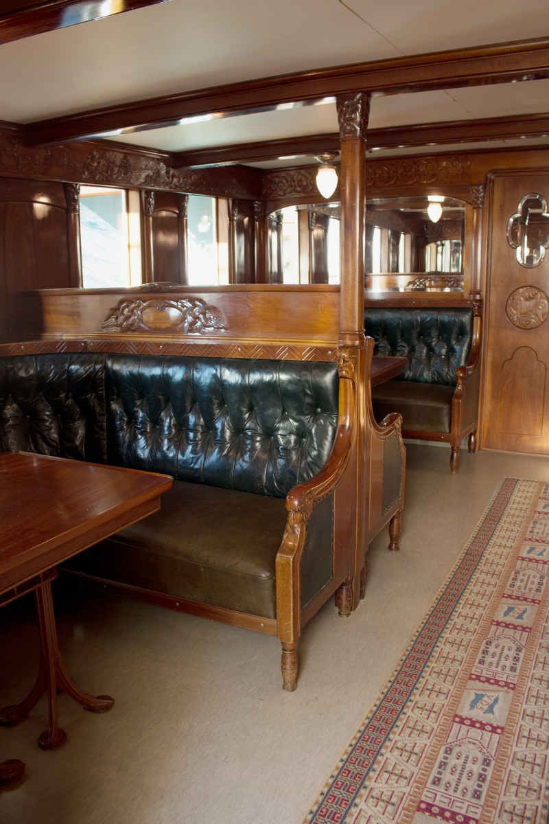 Treutskjæringene i salongen er motiv fra norsk historie.