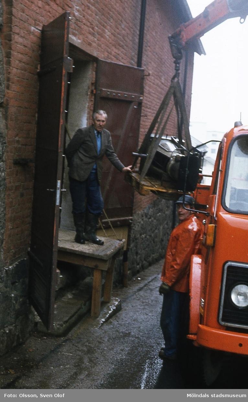 Ångpanna från Mölndals mekaniska verkstad har transporterats från lagret i Fässberg Mellangård till industrimuseet vid Götaforsliden 14 i Kvarnbyn, Mölndal, år 1982.