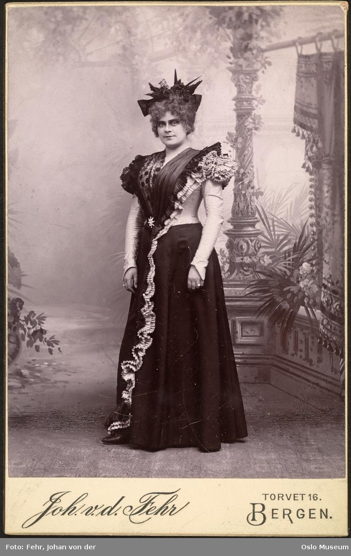 portrett, kvinne, skuespillerinne, rollebilde, stående helfigur, kostyme