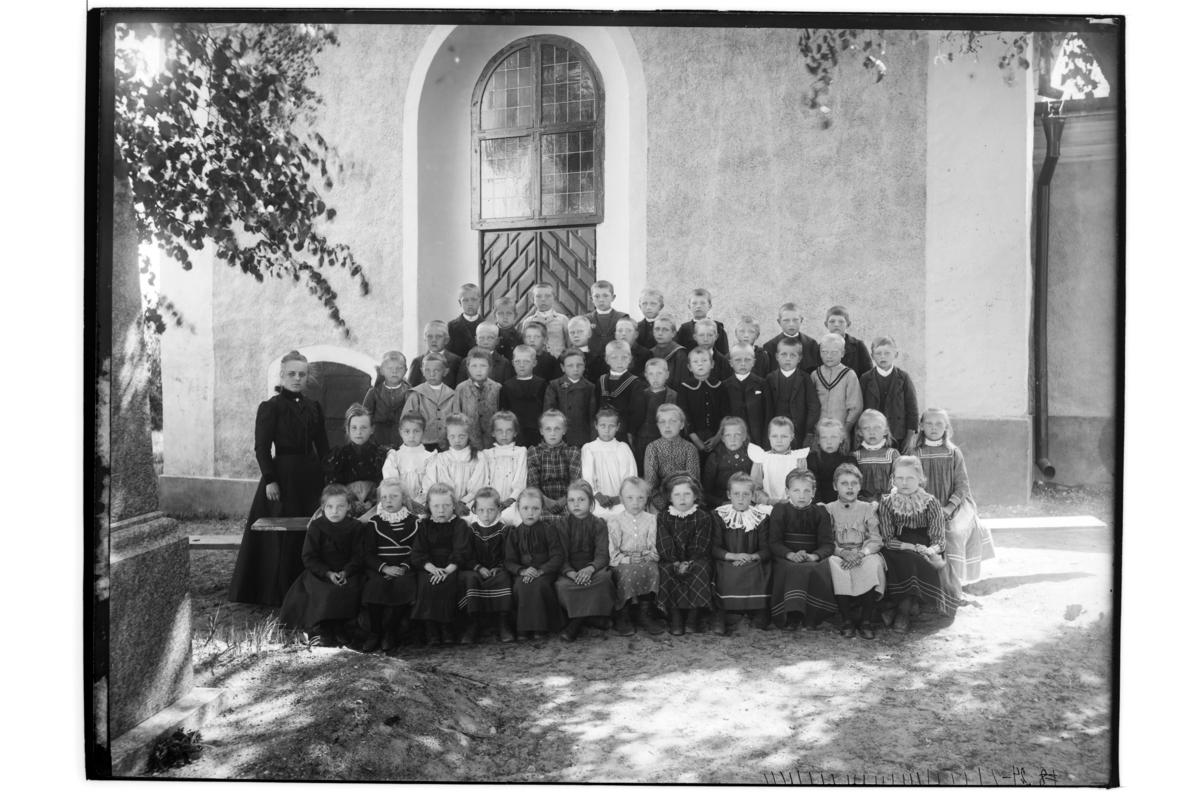 Rinkaby skola, skolklass, 51 barn med lärarinna.Fröken Beda Kruse