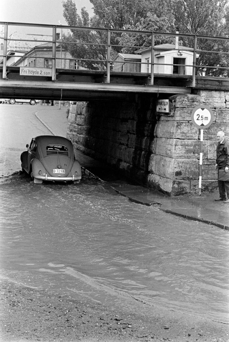 """Victoriaundergangen, flomvann, Volkswagen, """"Folkevogn"""" D-72166, Hamar,"""
