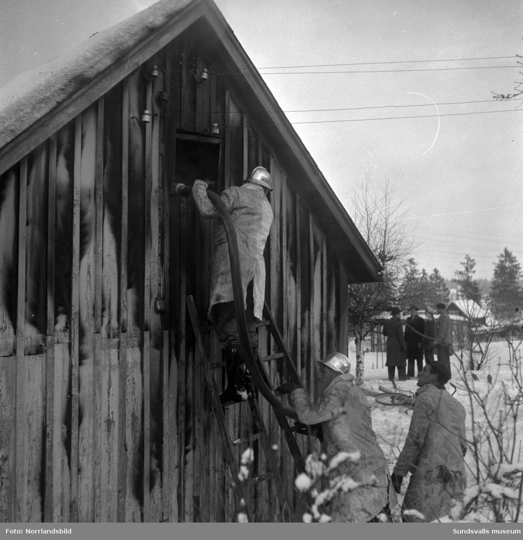 En explosion i ett fotogenkök orsakade en förödande brand i ett litet bageri med tillhörande brödbutik i Gångviken i november 1952.  Bageriet drevs av bröderna Gösta och Birger Hansson.