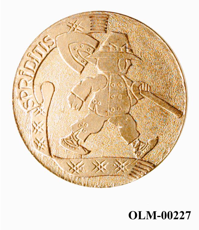 """Den ene siden teksten: Latvijas Olimpiska Nedela '90 Vie no ti Latvijai og """"sirkeldekor"""", den andre teksten Spriditis og dekor av mann i folkedrakt og hatt  med spade på nakken."""