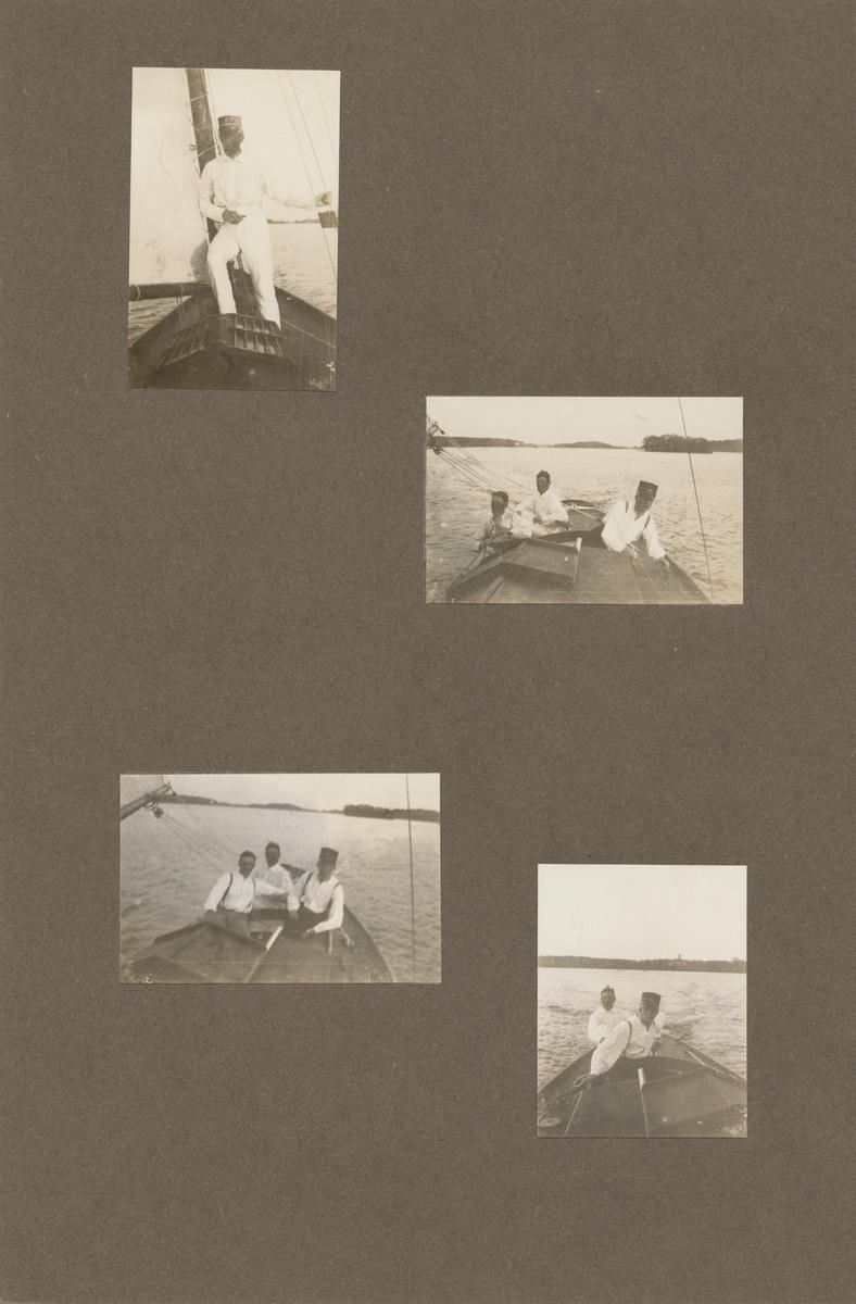Tre män i segelbåt. I bakgrunden syns en holme och strandlinje.