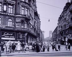 Kungsgatan i Stockholm, västerut. Folksamling väntar på spår
