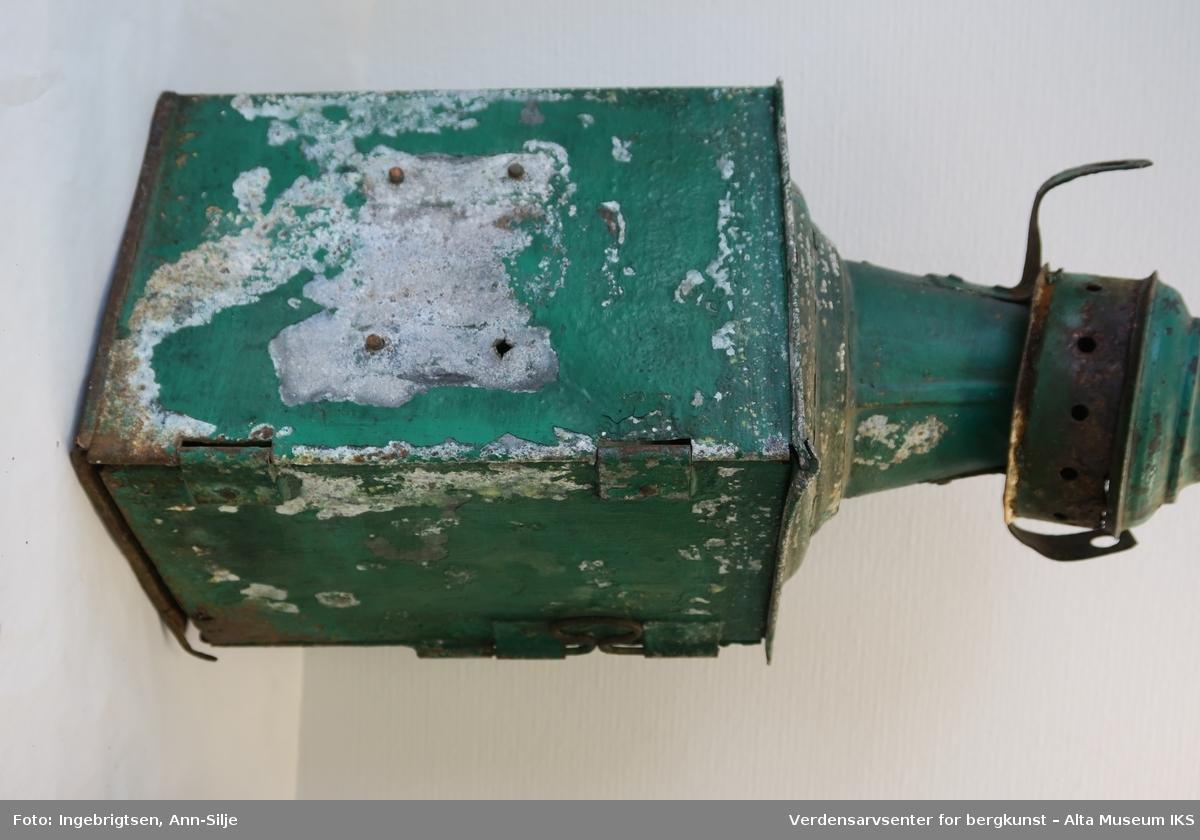 """Båtlykter, tre stykker. To av de består av beholdere rettvinklet i bakkant. De smalner oppe i en kjegleformet tut med åpning. Lampeglasset er profilert. Den grønne lanternen har et """"lokk"""" øverst oppe på tuten. Den røde mangler sin, men der er lagt et lite stykke presenning over åpningen og som er surret fast med en metallstreng. På baksiden er det en dør i den ene siden og festeordning i den andre. Den tredje er en akterlanterne, og er halvsirkelformet med rett bakkant. Lykten er større enn de to andre sidelanternene. På toppen har den et lokk med hull på sidene og et håndtak. Lyktene har vært drevet av elektrisitet før båten ble kondemnert. Utformingen og innretningene på lyktene tyder på at de har hatt brennere tidligere."""