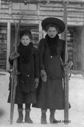 To unge damer med ski. Minnie T. Beitrusten og Klara T. Beit