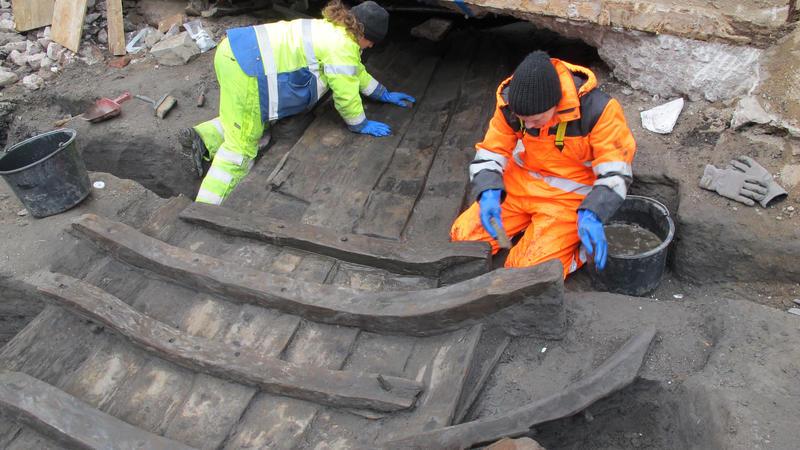 To arkeologer renser fram båtfunnet Vaterland 1.