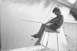 Pojke som metar, hamnen, Uppsala 1947