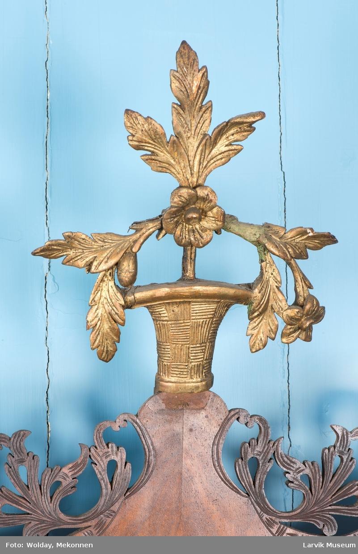 Bladverk og blomstervase.