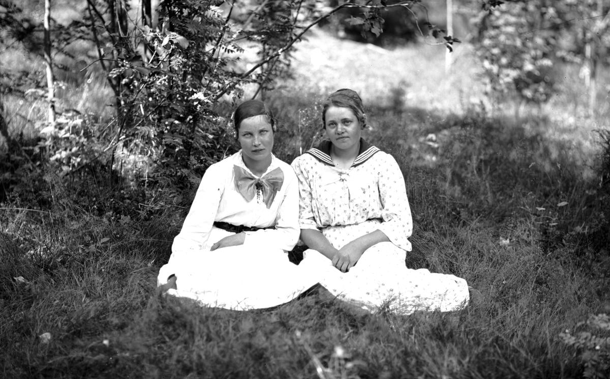 Till höger Berta Strid gift Andersson, Mårtsbo, Wästra Hästbo