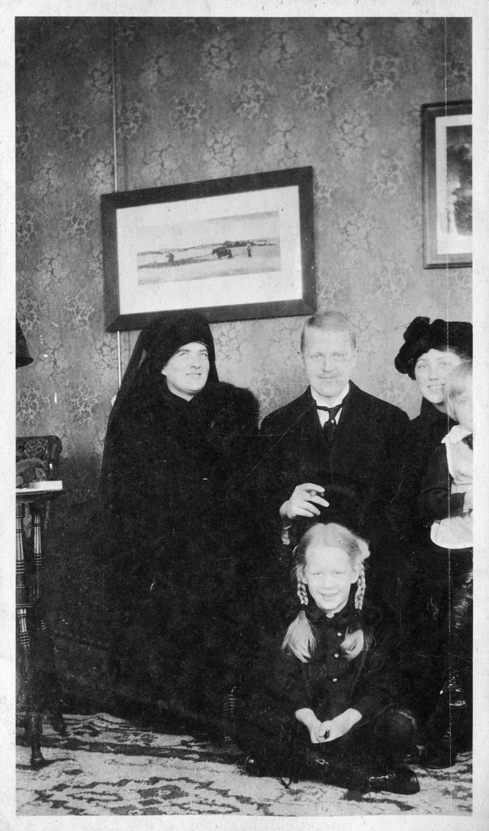 "Bildetekst: ""Jacob Ållsgt.28, Håvardsen"". Antatt på Åsgårdstrand på tidlig 1900-tall."