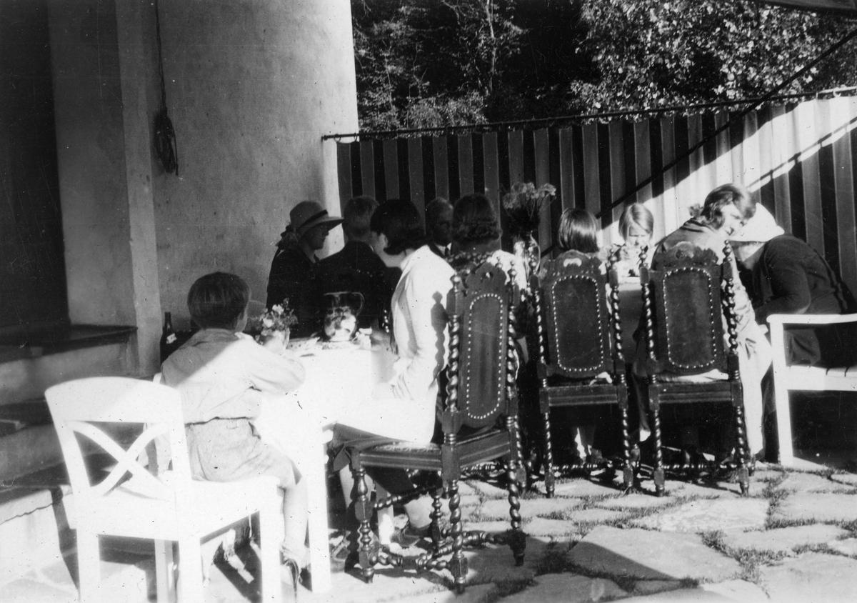 """Sommeren 1931. Bildetekst: """"På terassen hos Ragnhild antatt 1931"""""""