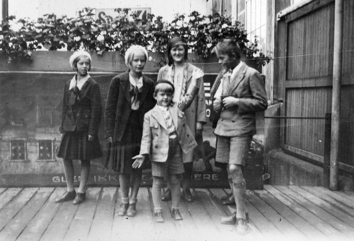 """Sommeren 1931. Bildetekst: """"Avreisen fra Oslo sommeren, antatt 1931"""""""