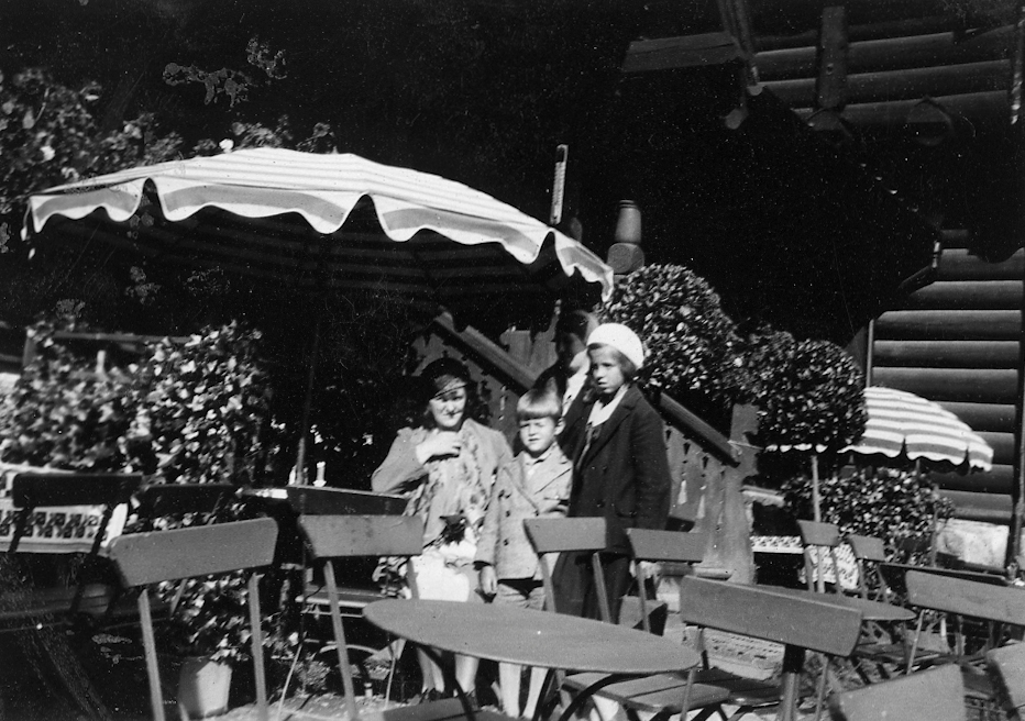 """Sommeren 1931. Bildetekst: """"På Frognerseteren,1931"""""""