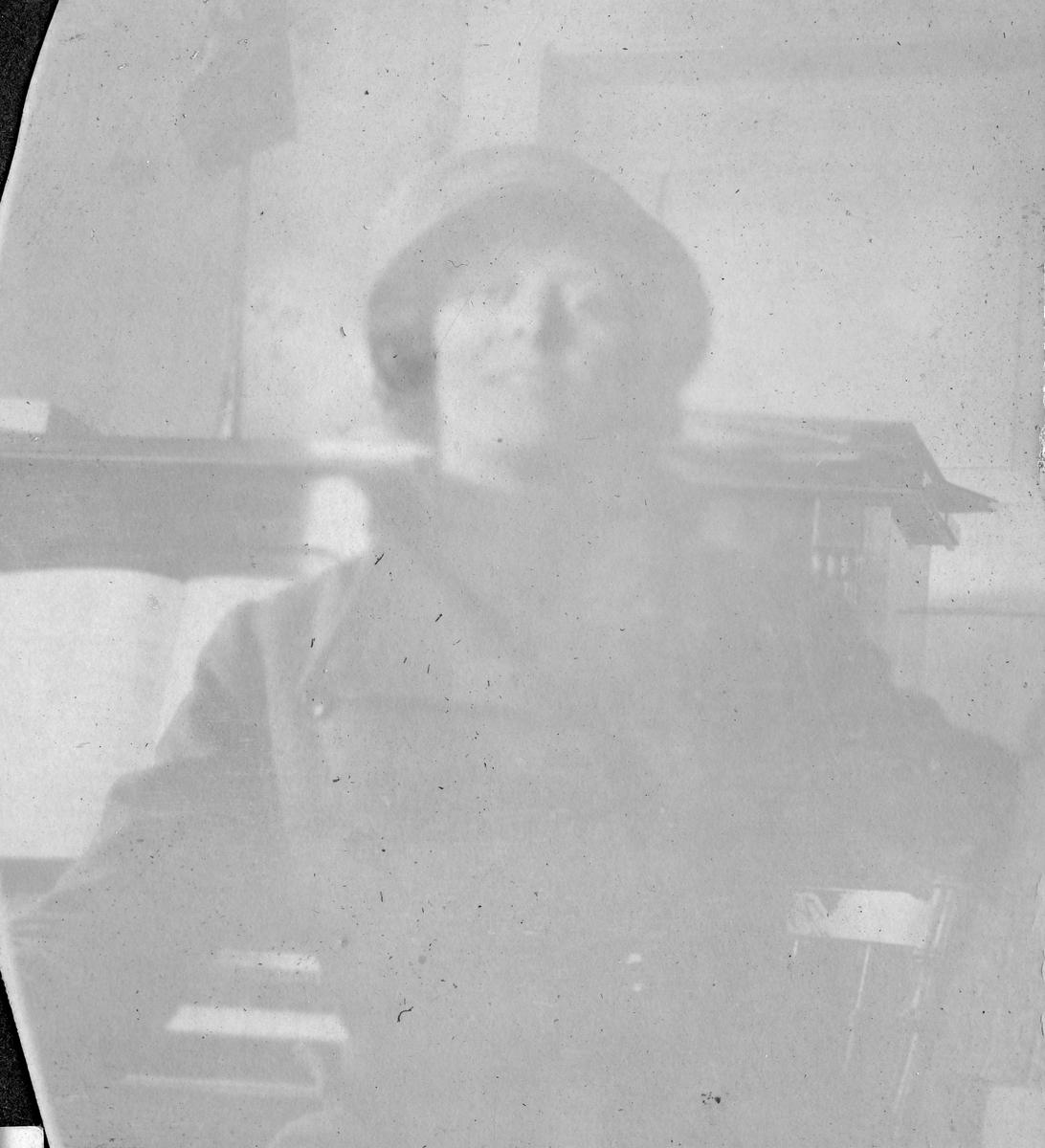 "Bildetekst: ""Bergliot hos tannelge Hauge Hanssen, Vardø 1912"""