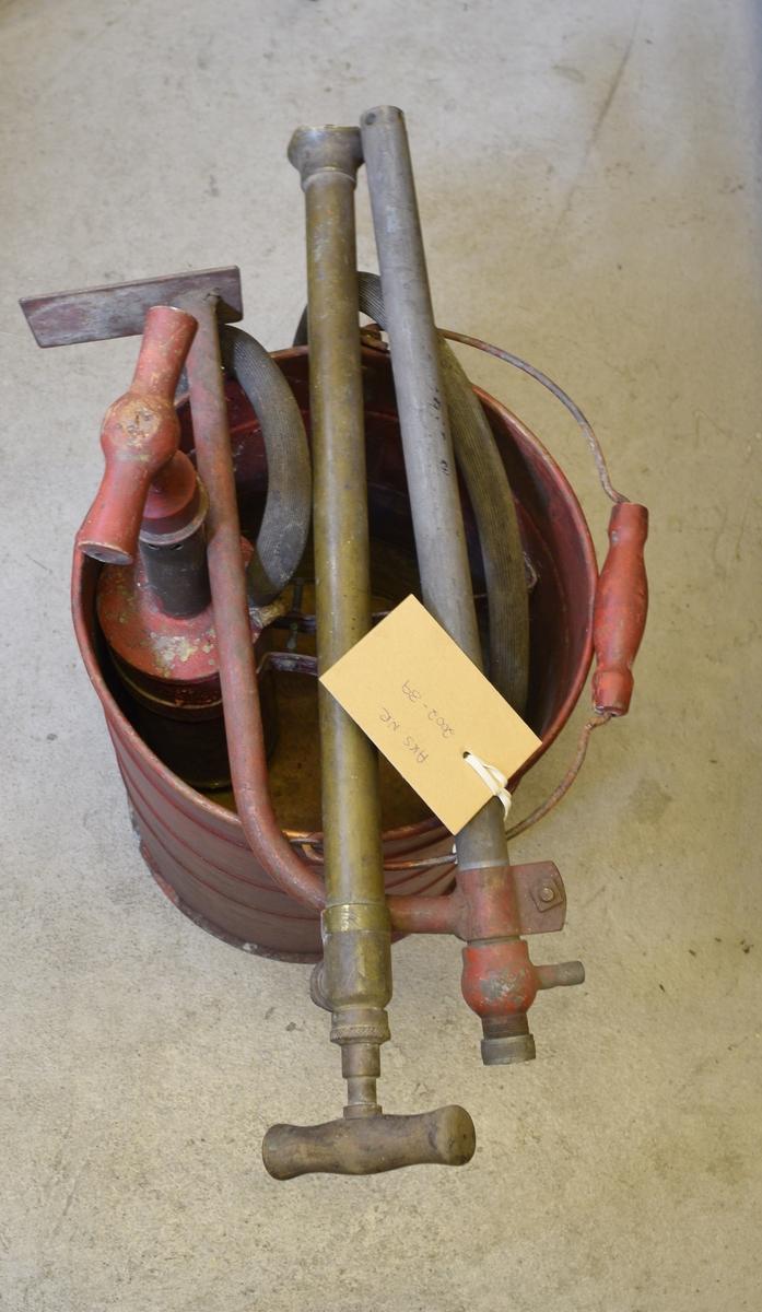 Brannsprøyte, har trolig stått i konduktørvogn. Mangler lokk, slangen er nyere enn resten av pumpa. Messingrør ytters på slangen mangler.