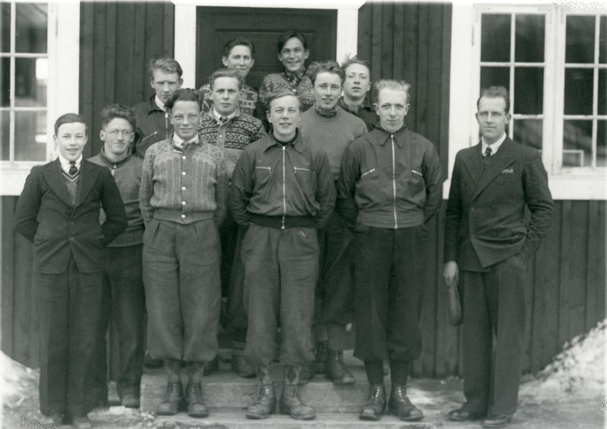 Elevar frå Vestoppland Folkehøgskule med lærar Herman Karlsgot til høgre.