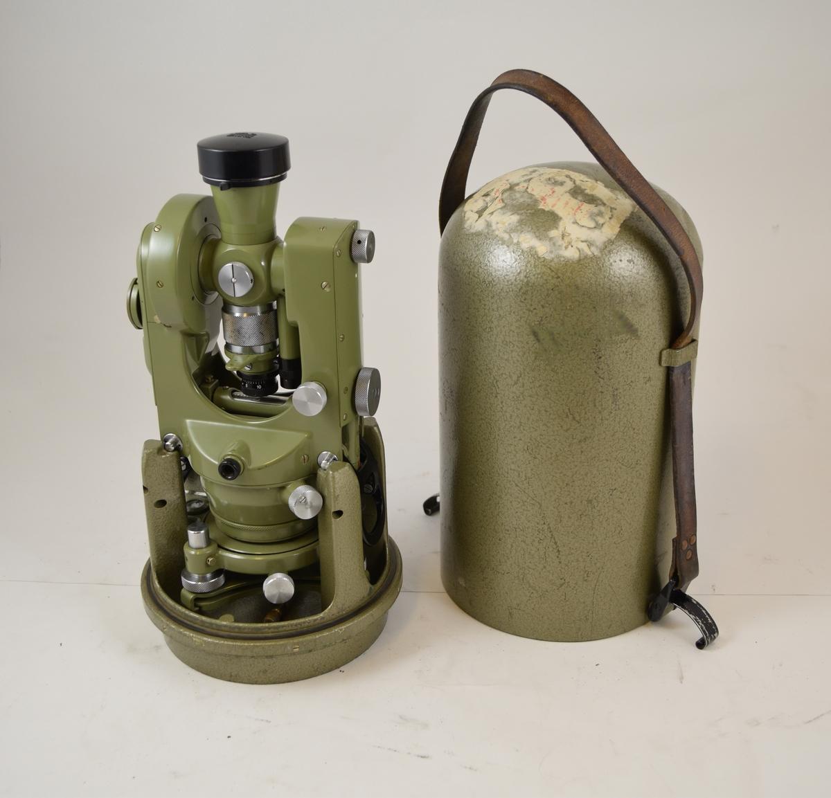 Landmålingskikkert/teodolitt brukes til å måle nivå/høydeforskjeller i terreng. Instrumentet har tilhørende lokk/beskyttelseskapsel i metall med bærereimreim.